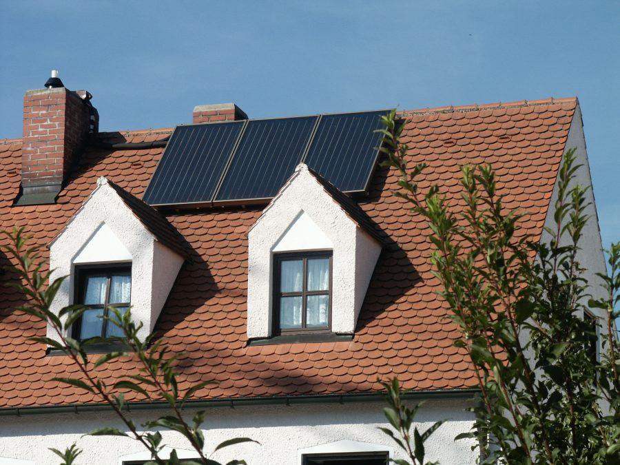 CitrinSolari auringonkeräimestä katolla.