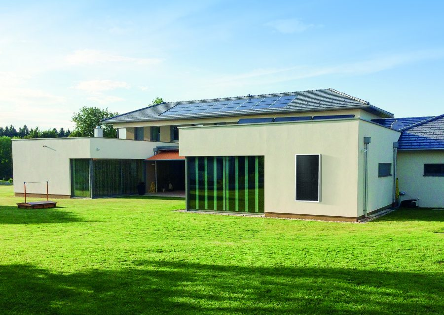 CitrinSolari aurinkokeräin käytössä omakotitalon katolla.