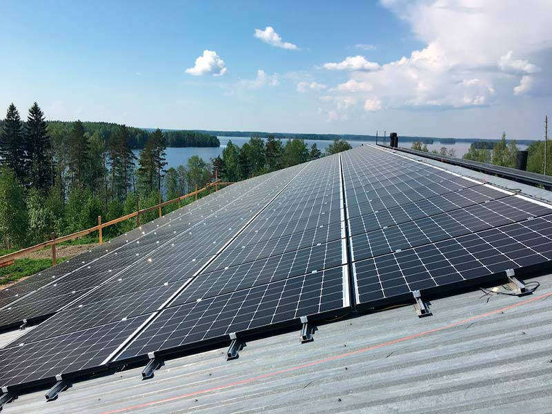 Aurinkopaneeleita asennettuna katolla