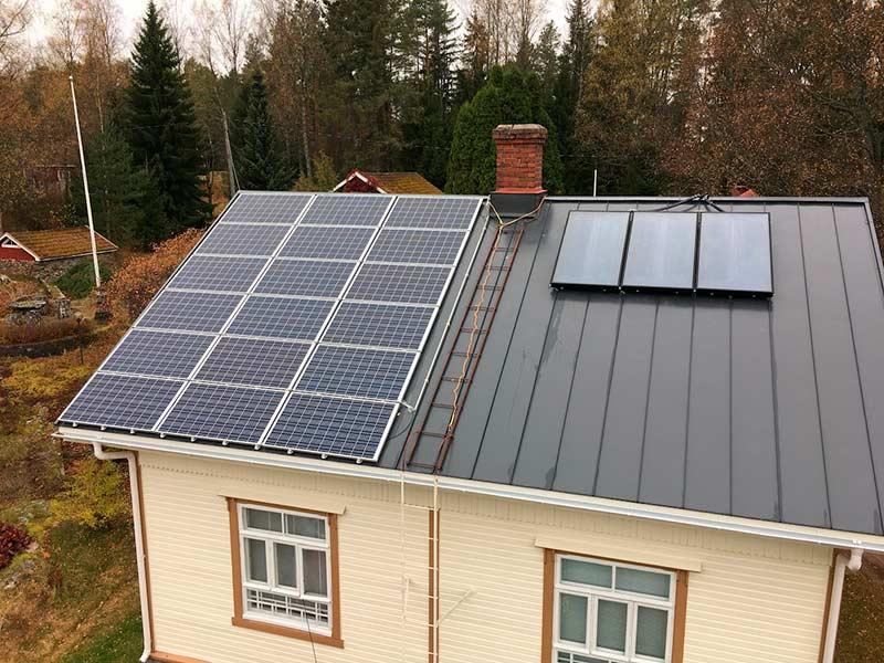Aurinkosähköä tuottavat aurinkokennot asennettuna omakotitalon katolle