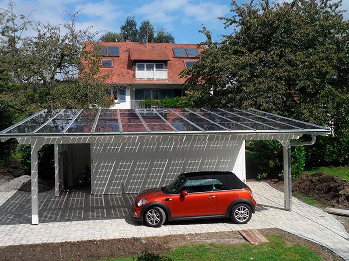 Aurinkopaneeleita autokatoksen katolla